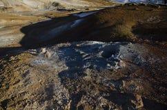 冰岛的喷气孔领域用与煮沸的泥火山口的黄色硫磺包括反对冬天天空 图库摄影