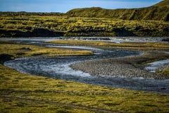 冰岛风景、用青苔报道的熔岩荒野和小河 免版税库存图片