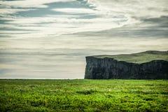 冰岛风景在Vik地区 不尽的空间,绿色和 免版税库存照片