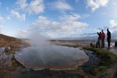 冰岛,人们10月2017年,拍照片对喷泉 库存照片