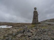 冰岛,西部海湾, Isafjordur, 2018年6月25日:由自然石头做的大Kleifabui雕象在Kleifaheidi通行证,西部 库存图片