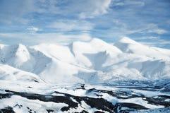 从冰岛,雪环境美化加盖的山峰 库存图片