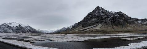 冰岛,雪cappe的美好的全景冬天风景视图 库存图片