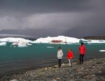 冰岛,雷克雅未克, 2016年7月3日:两个的男孩和未经预约而来他的mather 免版税库存图片