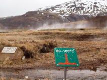 冰岛, 2015年5月:在温泉附近的小心标志 库存图片