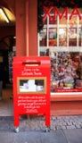 冰岛- 2015年8月:一个红色邮箱或邮箱对圣诞老人有信件的在它 免版税库存照片