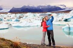 冰岛-采取selfie的夫妇Jokulsarlon 免版税库存图片