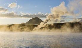 冰岛geysir在夏天,地面蒸汽出去  免版税图库摄影