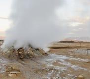 冰岛geysir在夏天,地面蒸汽出去  免版税库存图片