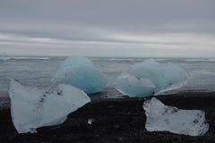 冰岛Jokulsarlon冰山在海滩的 免版税图库摄影