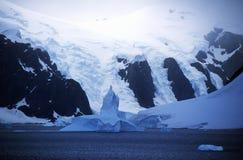 冰川和冰山在Errera海峡在Culverville海岛,南极洲 免版税图库摄影