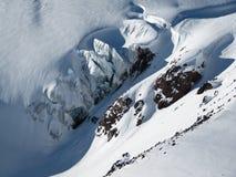 冰川和积雪覆盖的山和推出岩石峭壁的顶视图在一好日子 库存照片