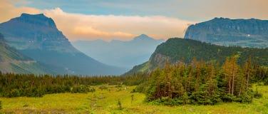 冰川国家公园摇石通行证 库存照片