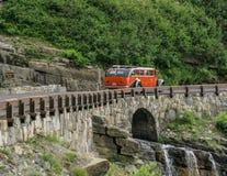 冰川国家公园红色公共汽车 图库摄影