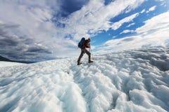 冰川的远足者 免版税库存图片