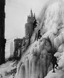 冰川的登山人与摩天大楼在背景中(所有人被描述不更长生存,并且庄园不存在 供应商战争 免版税库存照片