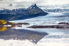 冰川融化水形式一个美丽如画的湖 在冰岛的最大的冰川瓦特纳冰原的日落 极端的概念 免版税图库摄影
