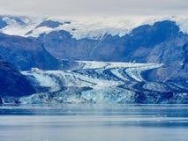 冰川阿拉斯加流动的冰碛和雪在山 图库摄影