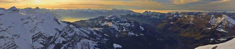 从冰川3000莱迪亚布勒雷,格斯塔德的全景日落 库存图片