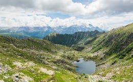 冰川Brenta白云岩的山湖 免版税库存图片