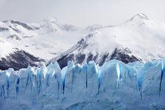 冰川Cloeup与山的在背景中 免版税库存图片