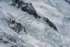 冰川des流动下来在山土坎之间的Bossons在wint 免版税库存图片