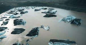 冰川Vatnajokull的鸟瞰图在冰岛 飞行在山谷的熔化的冰山的直升机 股票视频