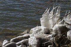 冰帷幕在湖的 免版税库存照片