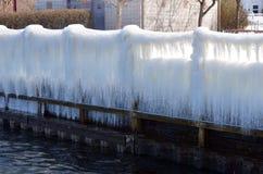 冰帷幕垂悬海岸线在Seneca湖港口 库存照片