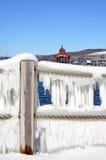 冰帷幕垂悬绳索在Seneca湖的码头栏杆 库存图片