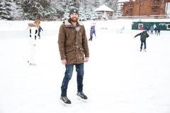 滑冰微笑的人户外 免版税库存图片