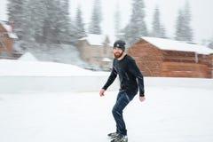 滑冰愉快的人户外 免版税库存图片