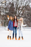 滑冰户外在冬天的年轻和愉快的妇女 库存图片
