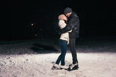 滑冰户外在池塘夜的夫妇 库存照片
