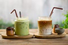 冰拿铁咖啡和matcha绿茶 库存照片