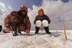 冰捕鱼。 库存图片