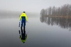 冰有反射的渔钓鱼者 图库摄影