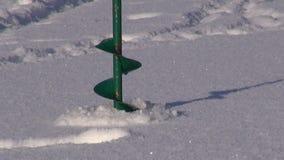 冰木钻为冬天渔的钻子工具在湖 股票视频