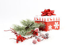 结冰杉木分支和分支用红色花楸浆果和礼物盒有雪花的和圣诞树和reindeerw和红色暗淡弓 免版税库存图片