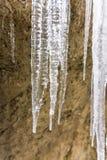 冰柱水晶在冻石头 室外和冬天 免版税库存照片