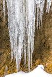 冰柱水晶在冻石头 室外和冬天 库存照片