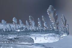 冰柱纹理特写镜头 冻在冷的蓝色冬天背景的冰透明抽象形状对象 软的焦点照片 库存照片