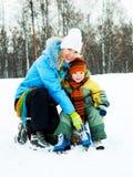 冰母亲滑冰的儿子 免版税库存图片