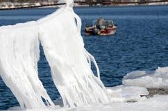 冰毯子垂悬跳船绳索的, backgro的冬天渔夫 库存照片