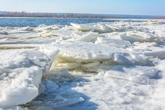 冰汇聚从河的在早期的春天 库存照片
