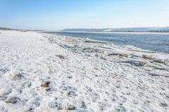 冰汇聚从河的在早期的春天 免版税库存照片
