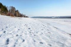 冰汇聚从河的在早期的春天 图库摄影