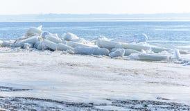冰汇聚从河的在早期的春天 免版税图库摄影