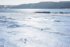 冰汇聚从河的在早期的春天 库存图片