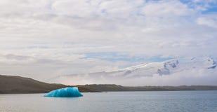 冰河冰大块在一个镇静盐水湖漂浮 免版税图库摄影